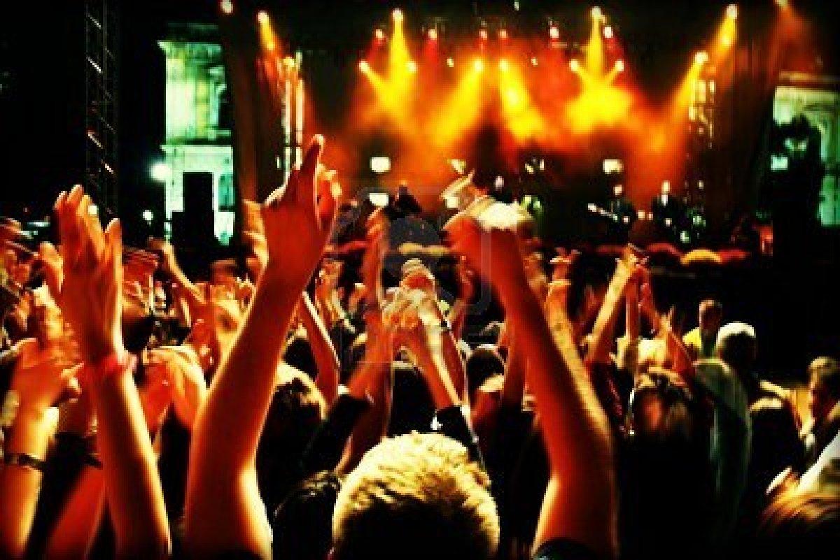 4416584-difuminado-en-multitud-en-un-concierto-de-rock-multitud-de-largo-motion-blur