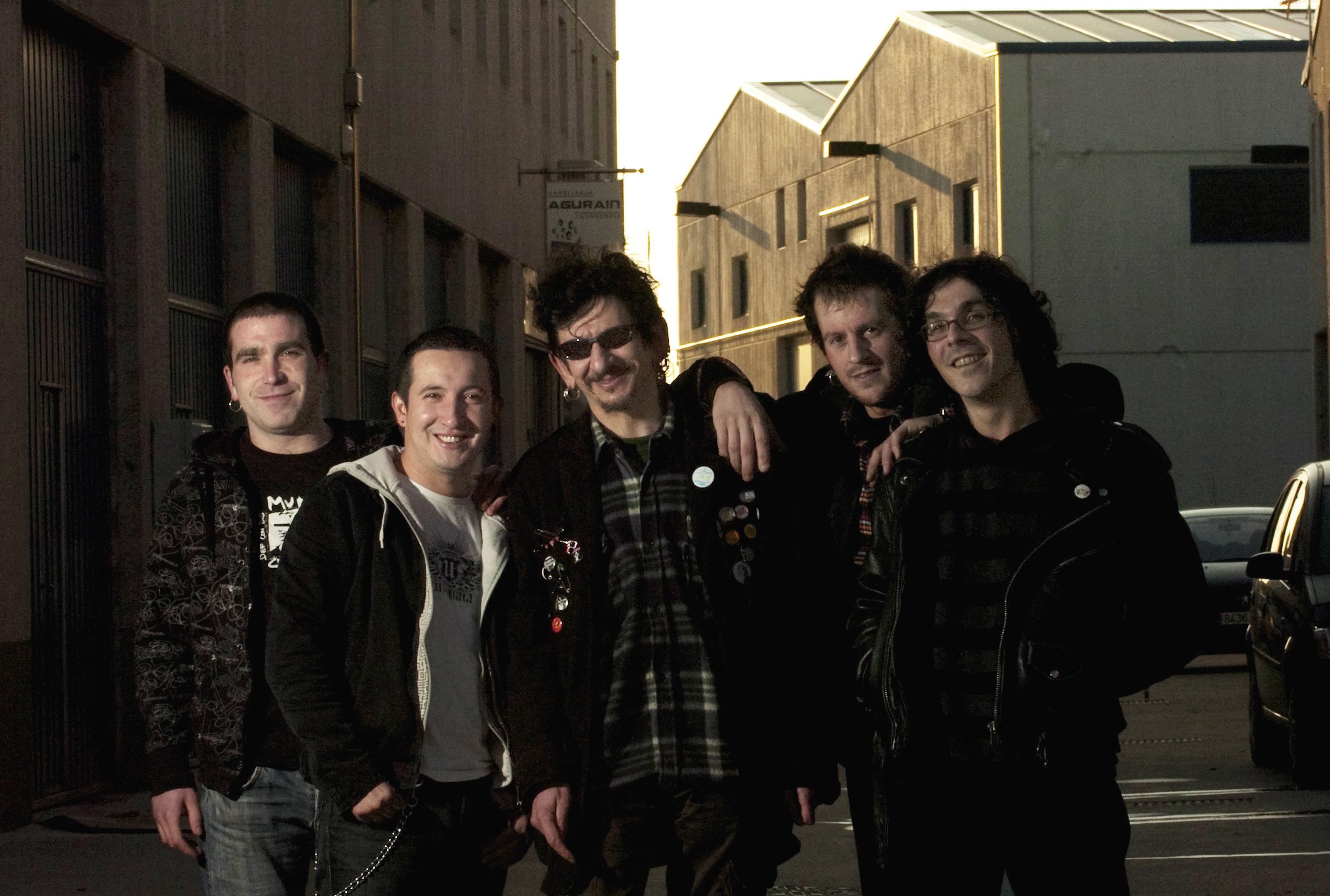 El grupo de rock Gatillazo en su local.