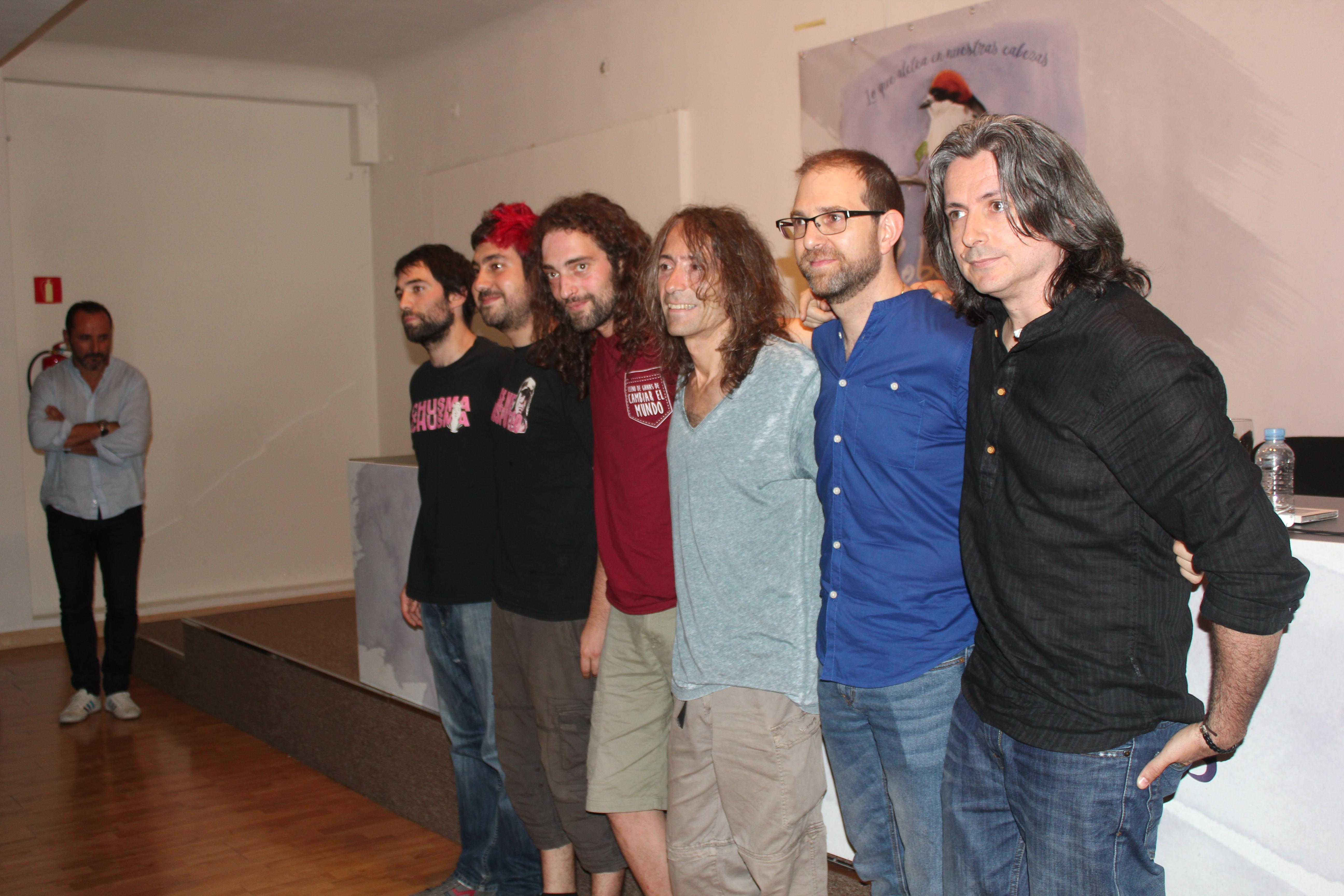 Los musicos que han participado en la grabación del disco posan junto a Robe Iniesta